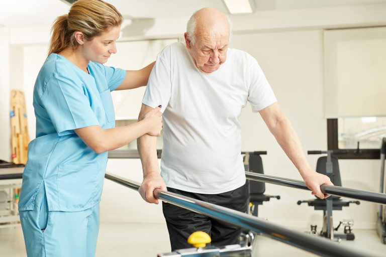Verpleegster helpt Patiënt met Fysieke Activiteit